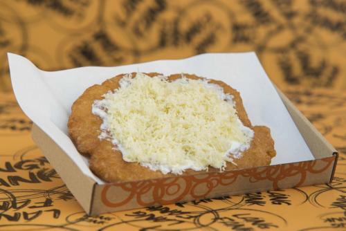 Glutén- tejmentes, vegán lángos, laktózmentes sajttal és laktózmentes tejföllel(kérhető vegán sajttal és vegán tejföllel is)