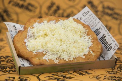 Hagyományos burgonyás lángos sajtos-tejfölös
